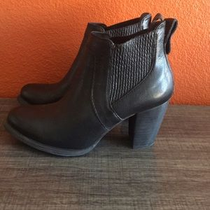 UGG Poppy Chelsea Black Stacked Heel Ankle Boots